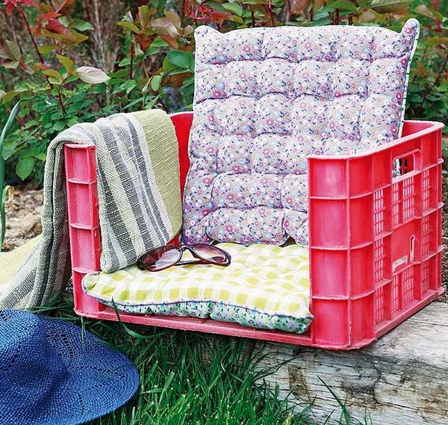 Кресло из большого пластикового ящика