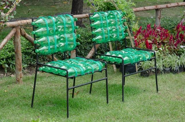 Садовые стулья из арматуры и пластиковых бутылок