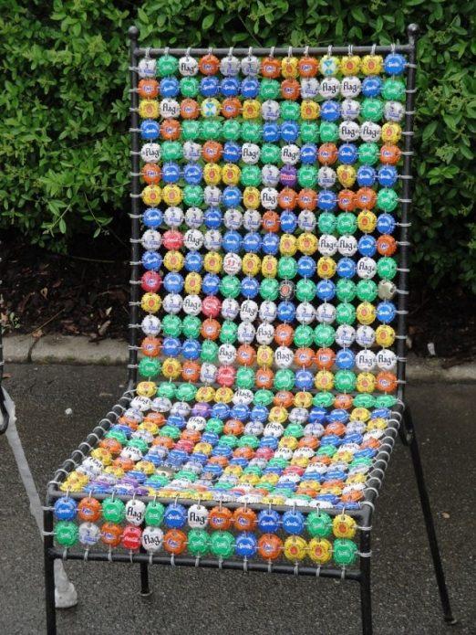 Садовый стул из крышек