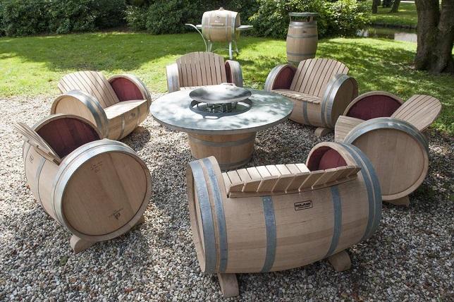 Садовая мебель из деревянных бочек
