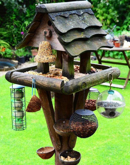 Самодельная многоярусная кормушка для птиц