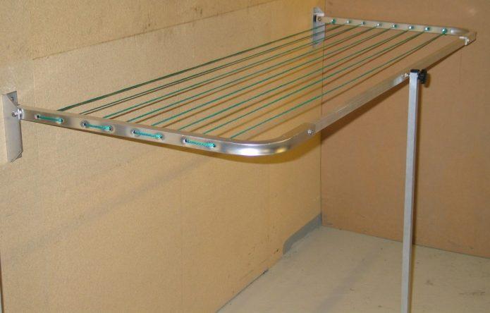 Откидная сушилка на балконе из металлических конструкций