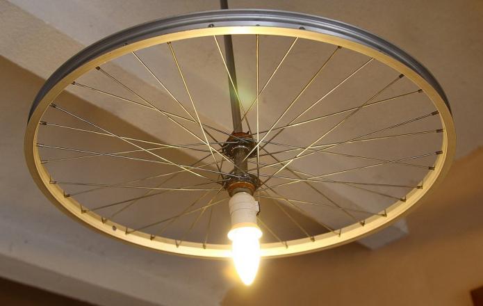 Простая, но элегантная люстра из велосипедного колеса