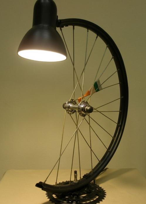 настольная лампа из велосипедного колеса