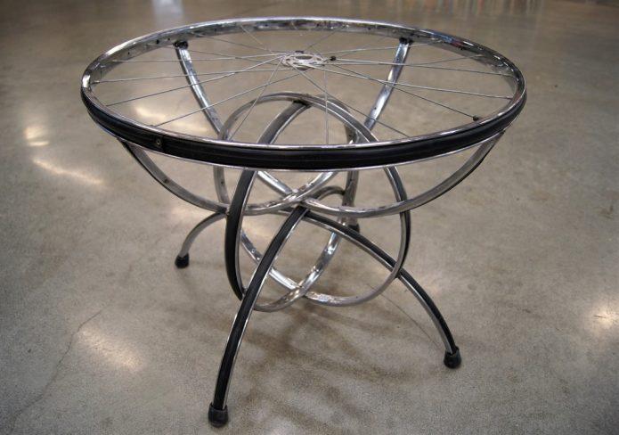 Простой журнальный столик из велосипедных колёс