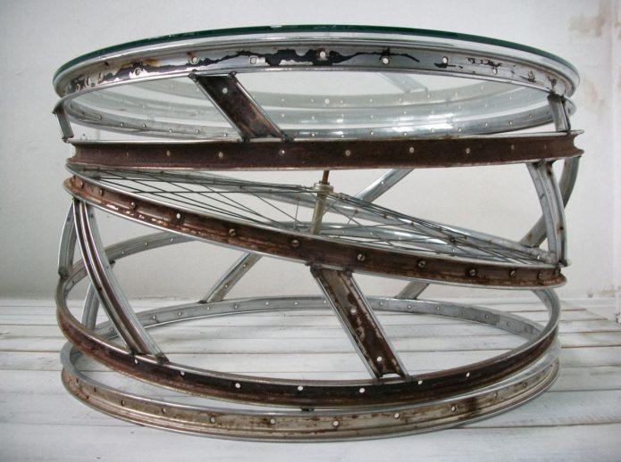 Оригинальный столик из нескольких колёс