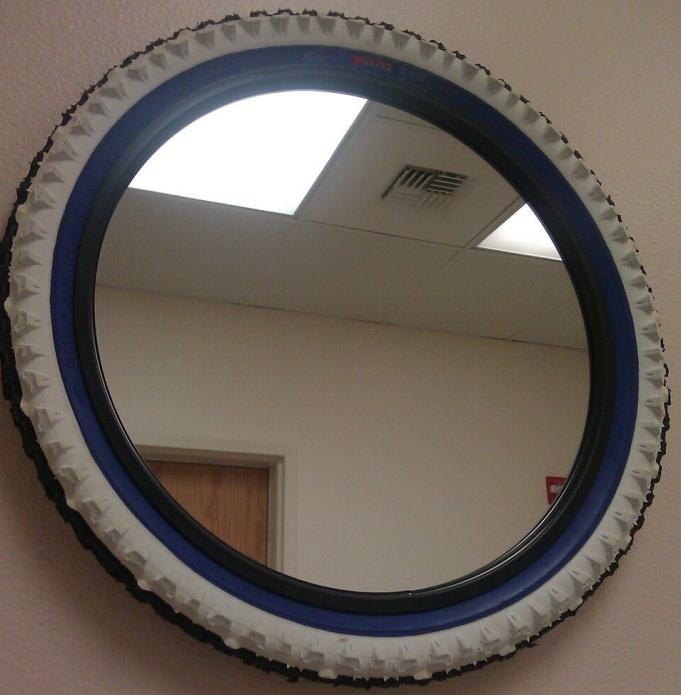 Зеркало в оправе из велосипедного колеса