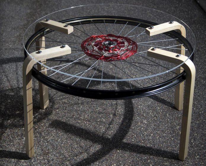 Столик из колеса на деревянных ножках