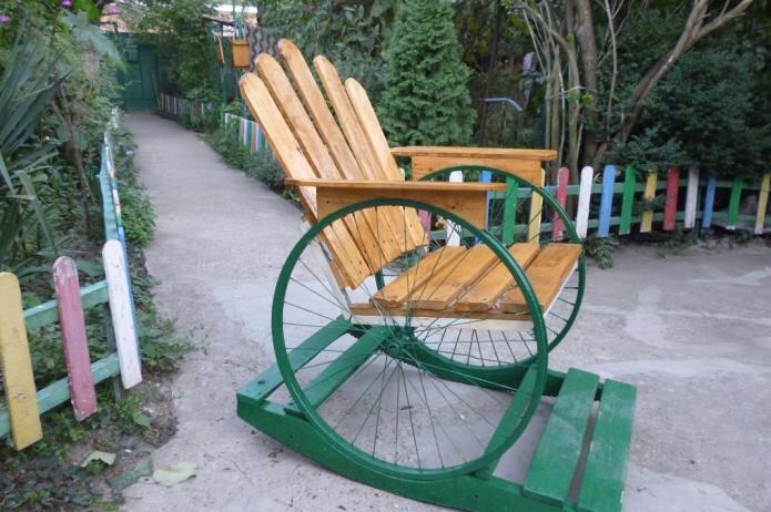 Кресло-качалка на основании из велосипедных колёс