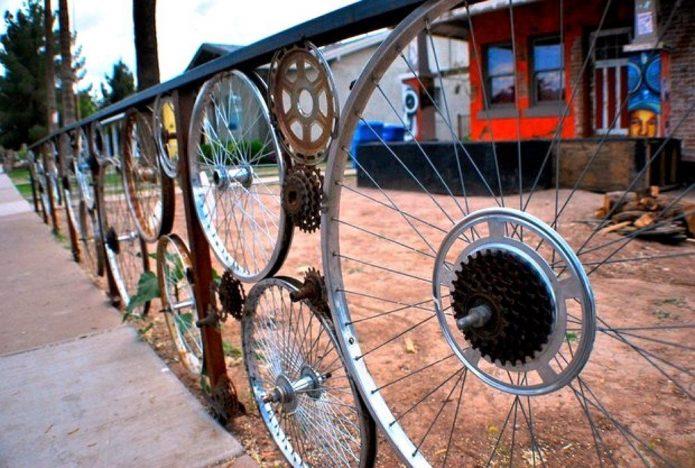 Забор из велосипедных колёс