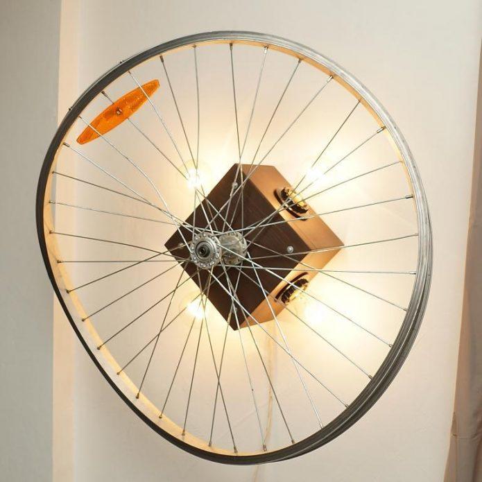 Оригинальный настенный светильник из колеса