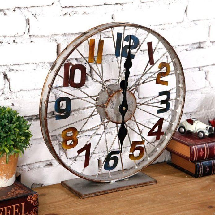 Часы из колеса в стиле лофт