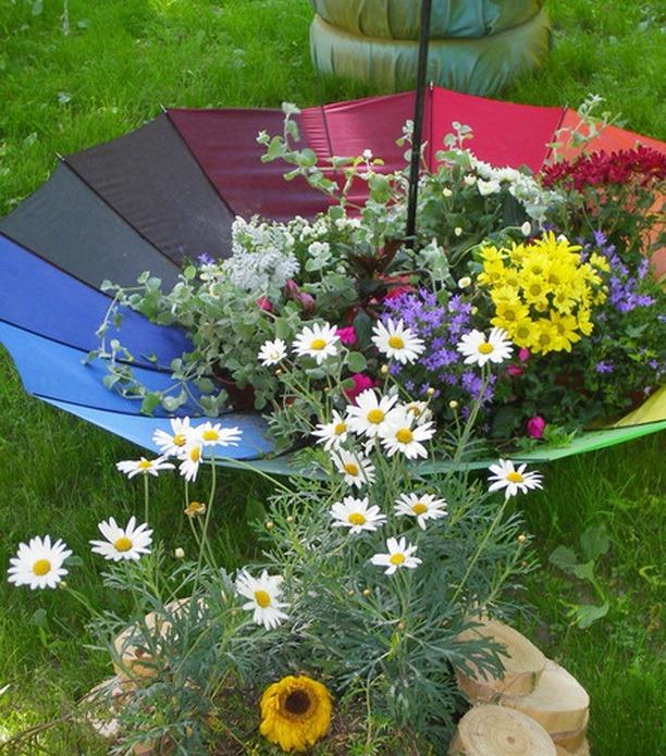 Колоритный цветник из зонта