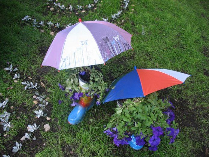 Оригинальная клумба под зонтиками