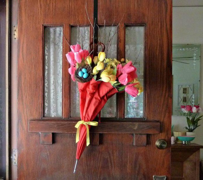 Декор на входной двери в старом зонтике