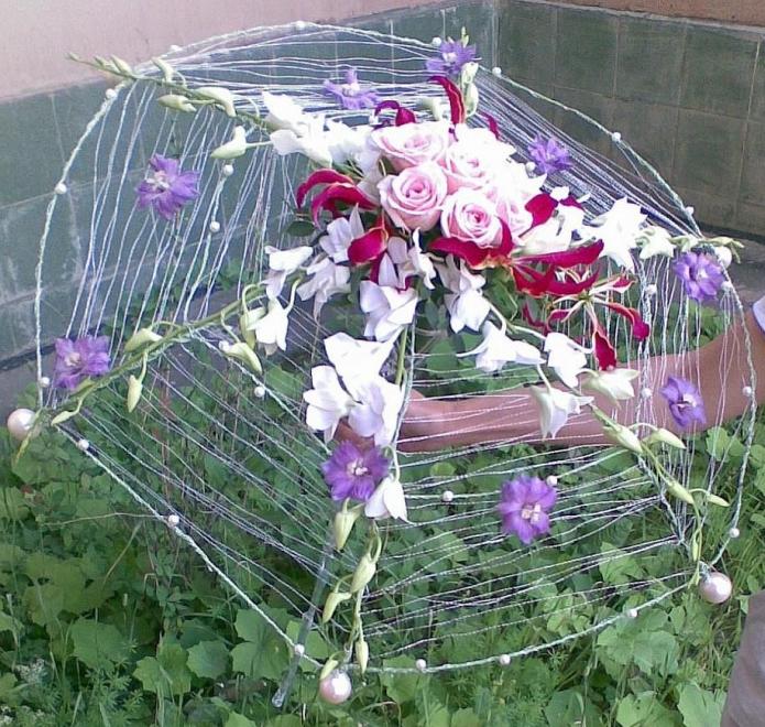 Украшение клумбы композицией из зонта и цветов