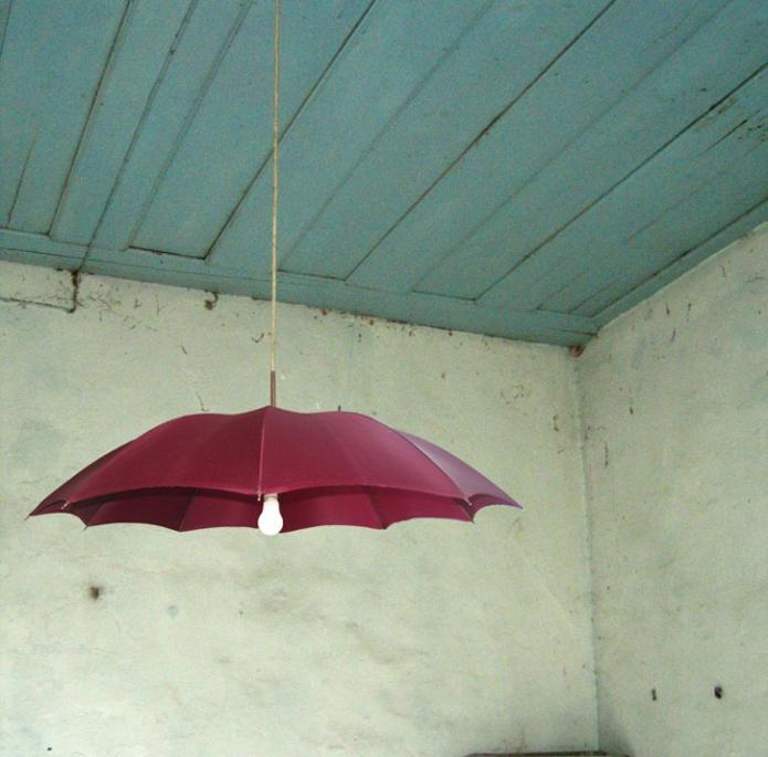 Люстра из зонта на даче