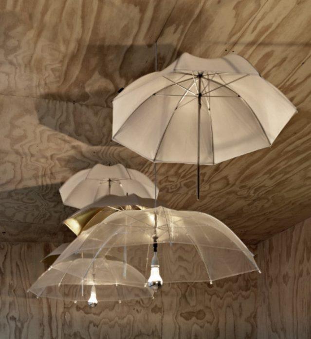 Колоритные люстры из зонтов