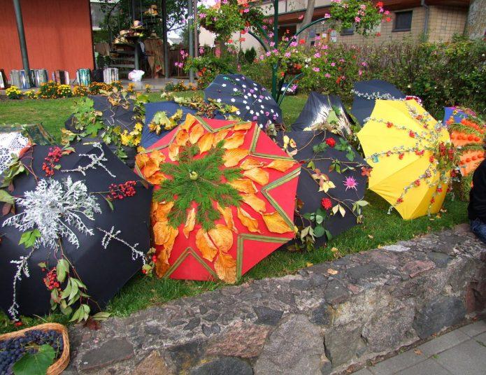 Праздничная композиция из нескольких зонтов на даче