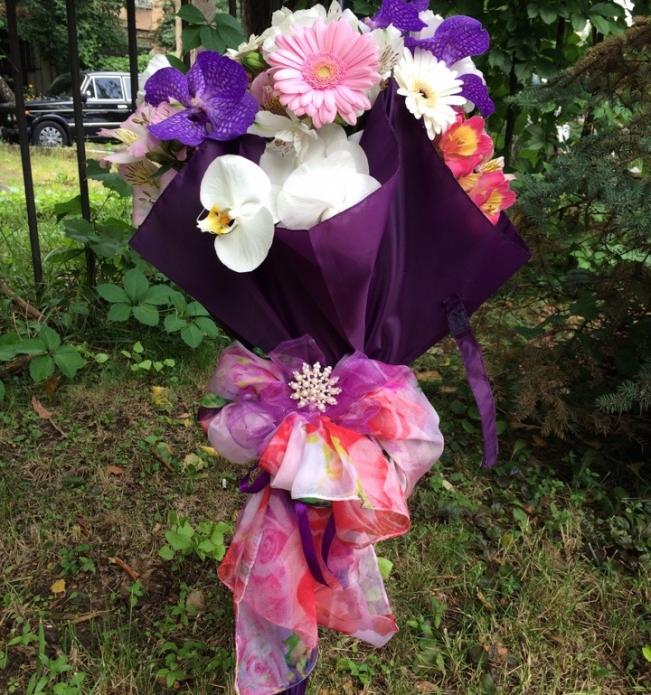 Букет из живых цветов в зонтике