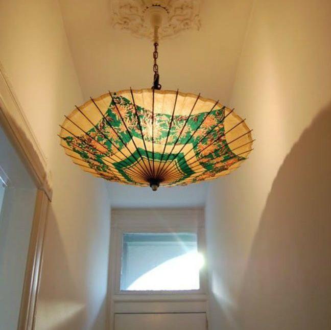 Эффектный светильник из зонта в прихожей