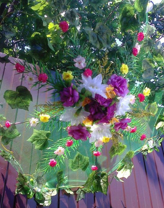 Цветочная композиция на прозрачном куполе зонта