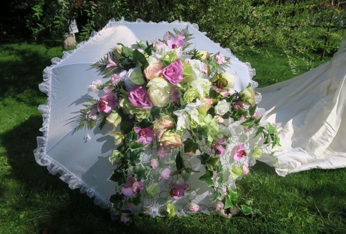 Эффектный свадебный декор из зонта и живых цветов