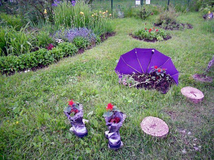 Оригинальная клумба с зонтиком