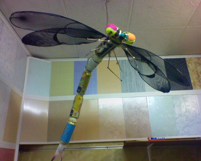 Поделка из жестяных банок и старого зонта