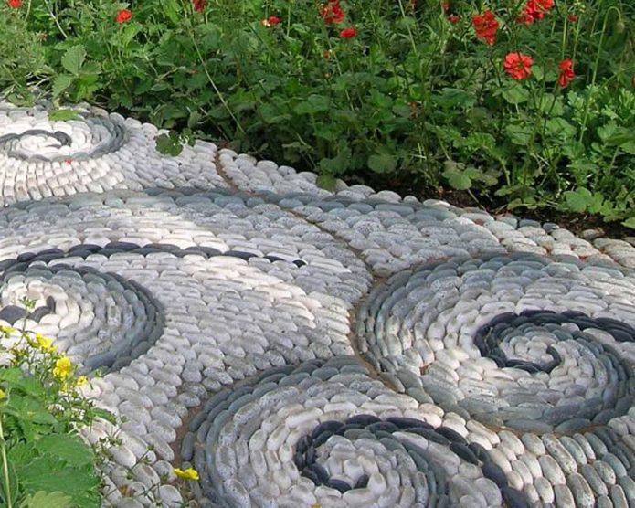 Красивая мозаика из камней на садовой дорожке