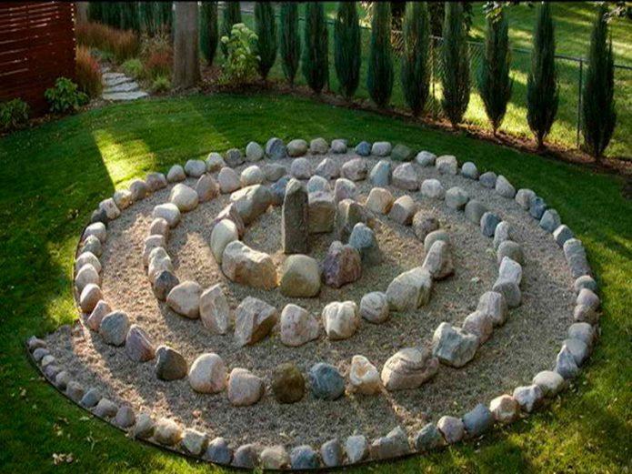 Каменная клумба на дачном участке