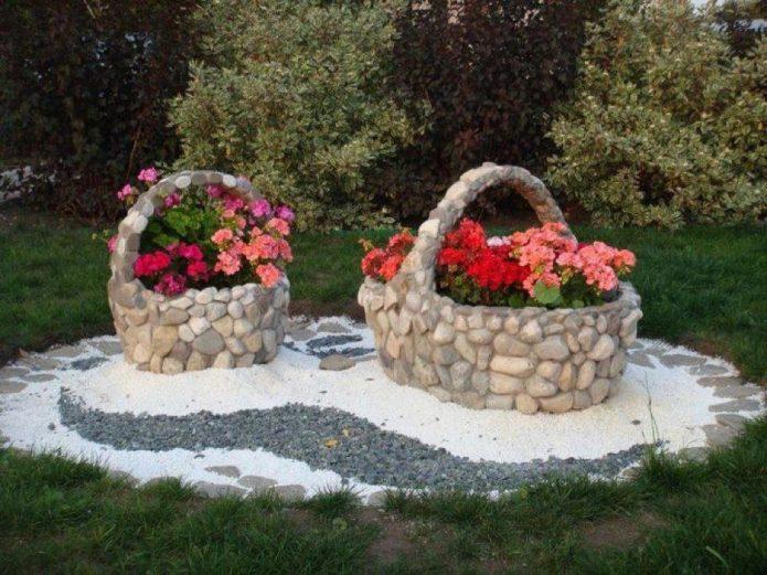 Колоритные каменные вазоны