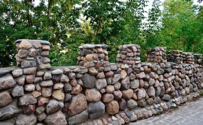 Забор из камней