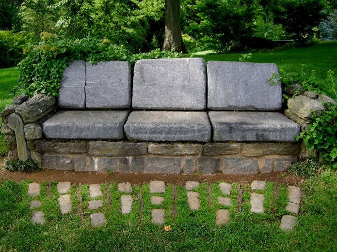 Каменная скамья в саду