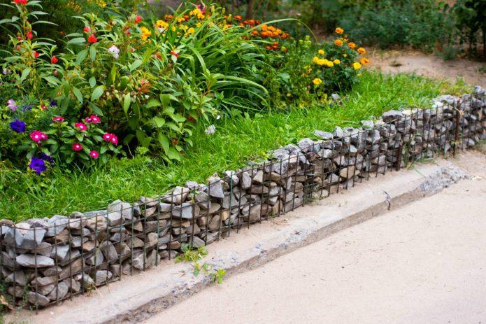 Бордюр садовой дорожки из габионов
