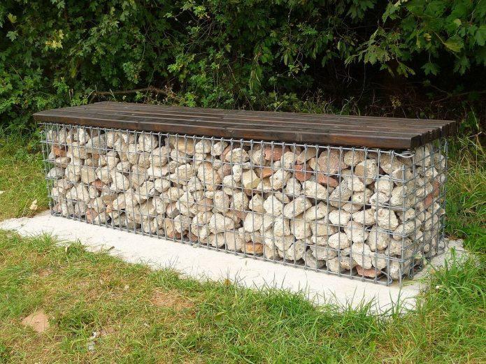 Садовая скамейка на основании из габиона