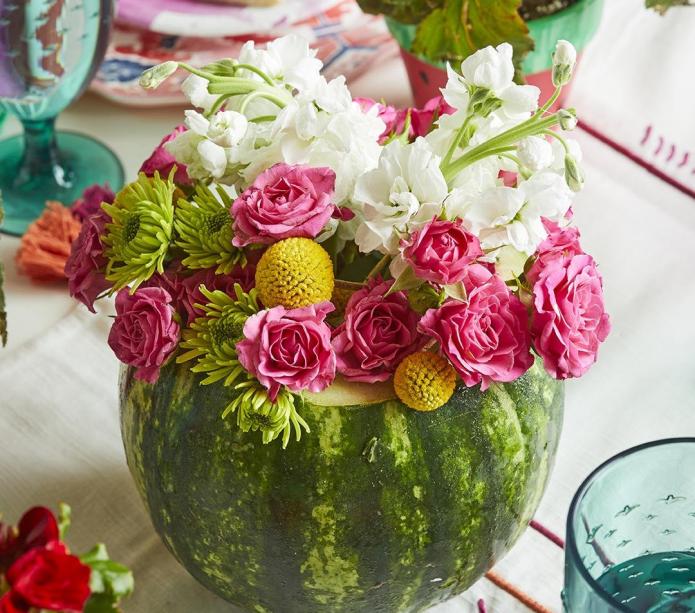 Элегантный букет в вазе из арбуза
