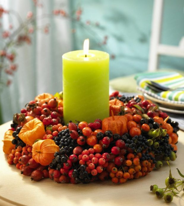 Декор свечи из ягод рябины