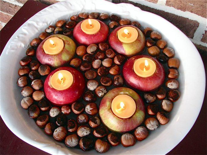 Композиция из орехов и яблок со свечами