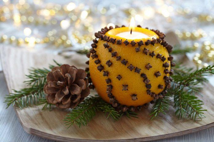 Новогодний декор подсвечника из апельсина