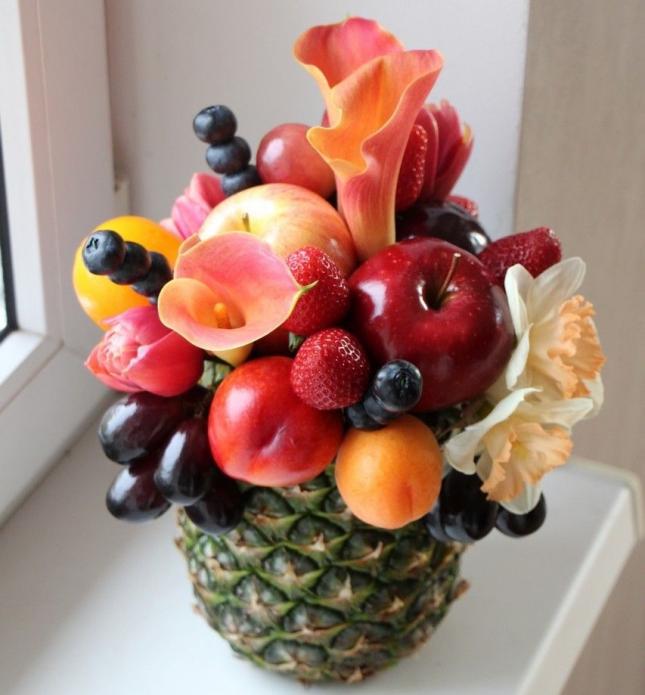 Фруктово-цветочная композиция в ананасе
