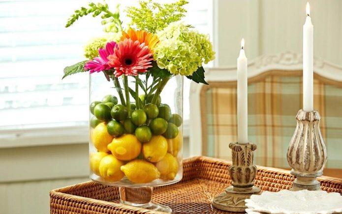 Декор стеклянной вазы фруктами