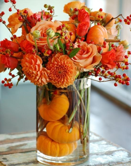 Ваза с цветами, декорированная тыквой