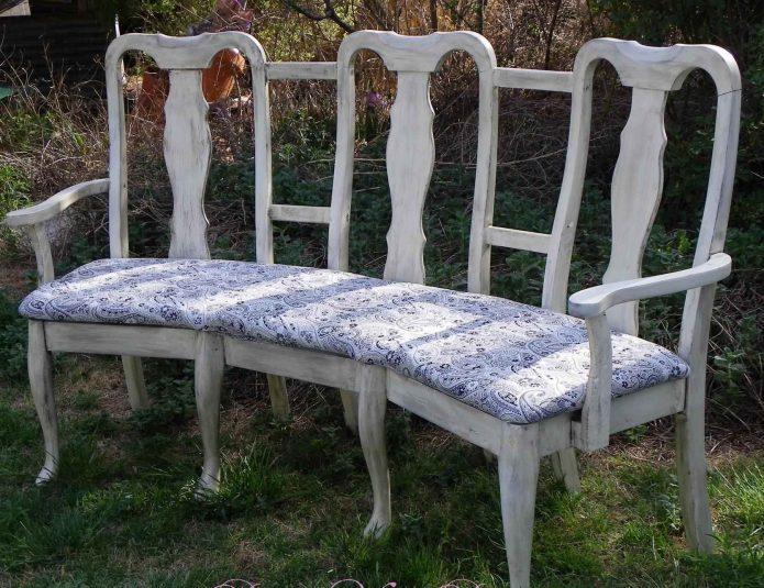 Садовая лавочка из старых стульев