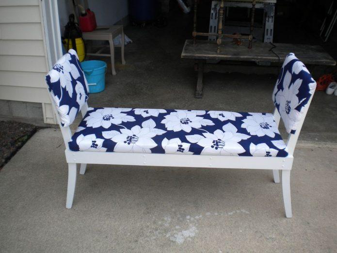 Садовая кушетка из старых стульев