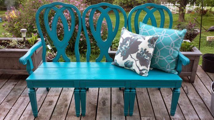 Красивая дачная скамья из старых стульев