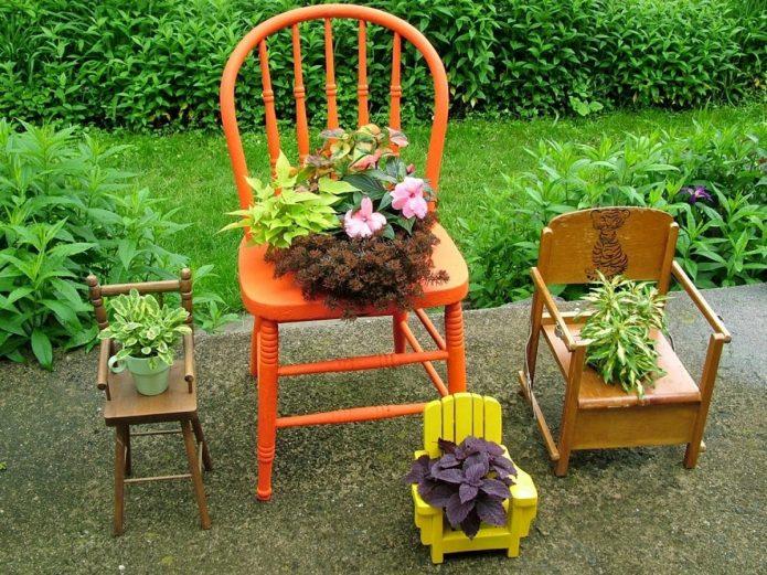 Маленькие цветники на старых стульях