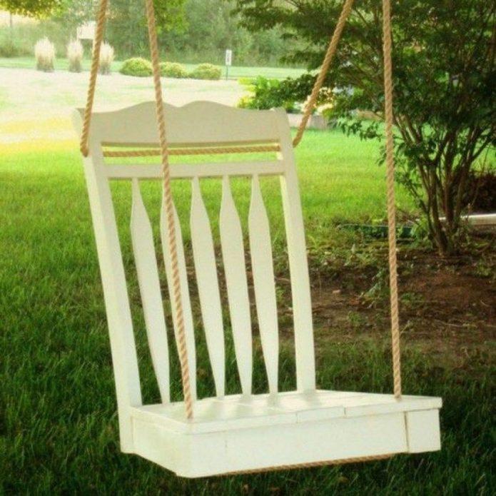 Качели из старого стула на даче