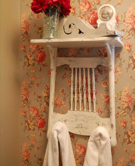 Простая, но элегантная вешалка в ванной