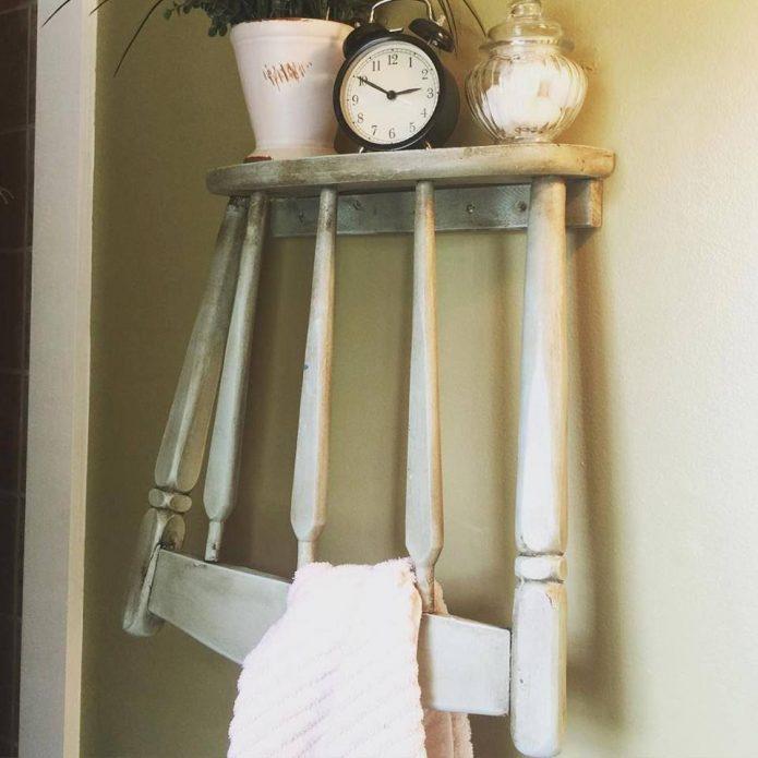 Вешалка из старого стула в ванной